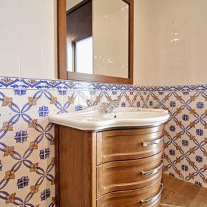 Specchio e mobile con lavabo in legno Massello
