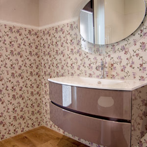 Specchio ovale e mobile completo di lavabo