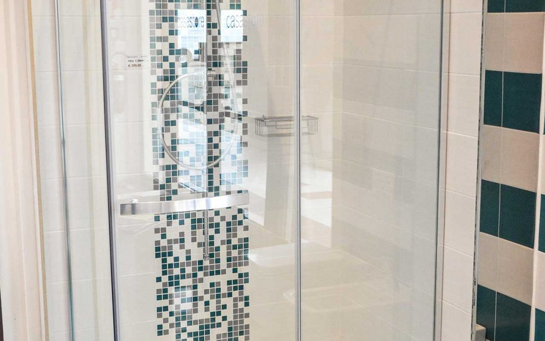 Shower cabin in tempered glass